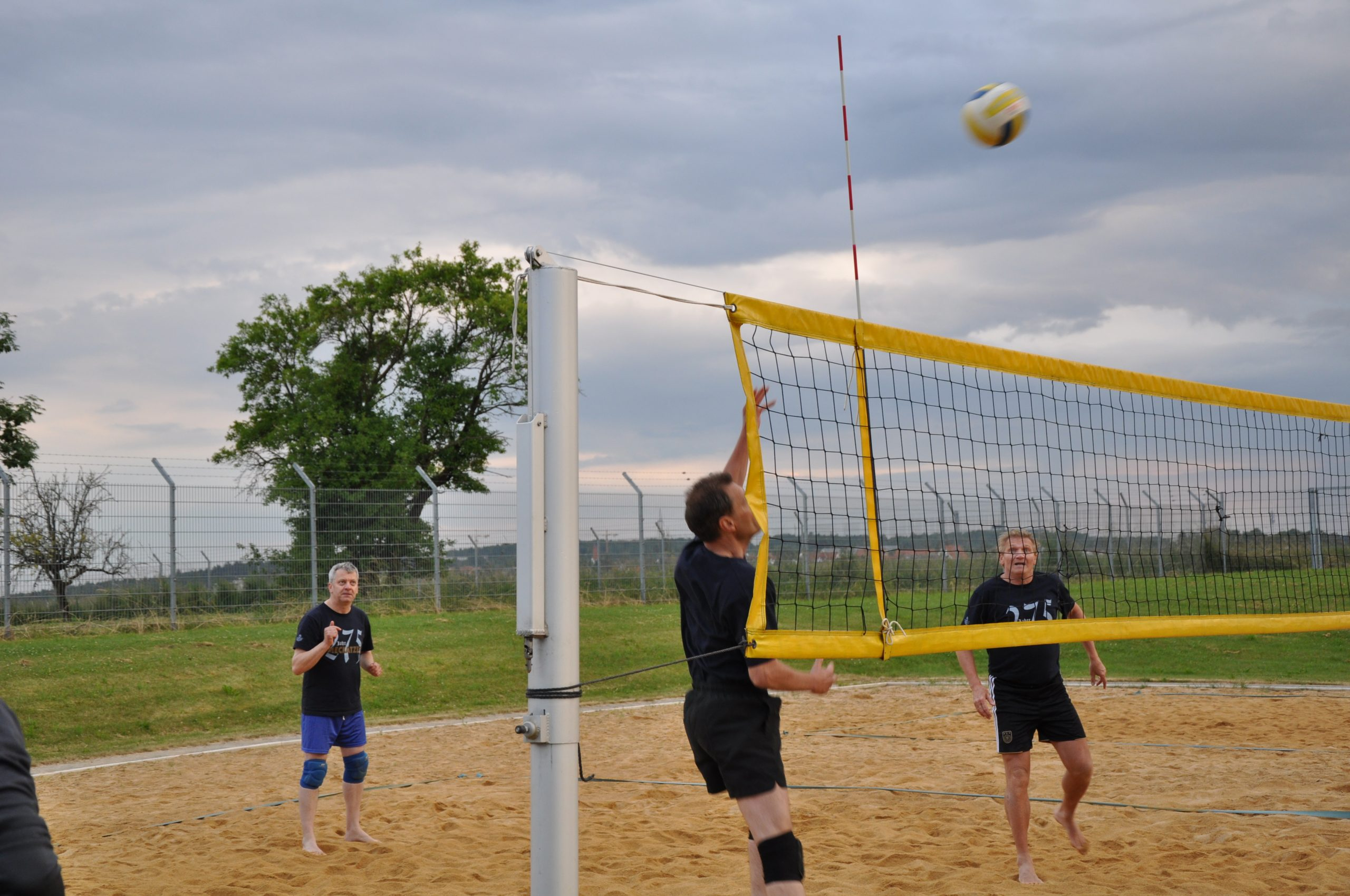 Freizeitsport-Maenner-spielen-Volleyball