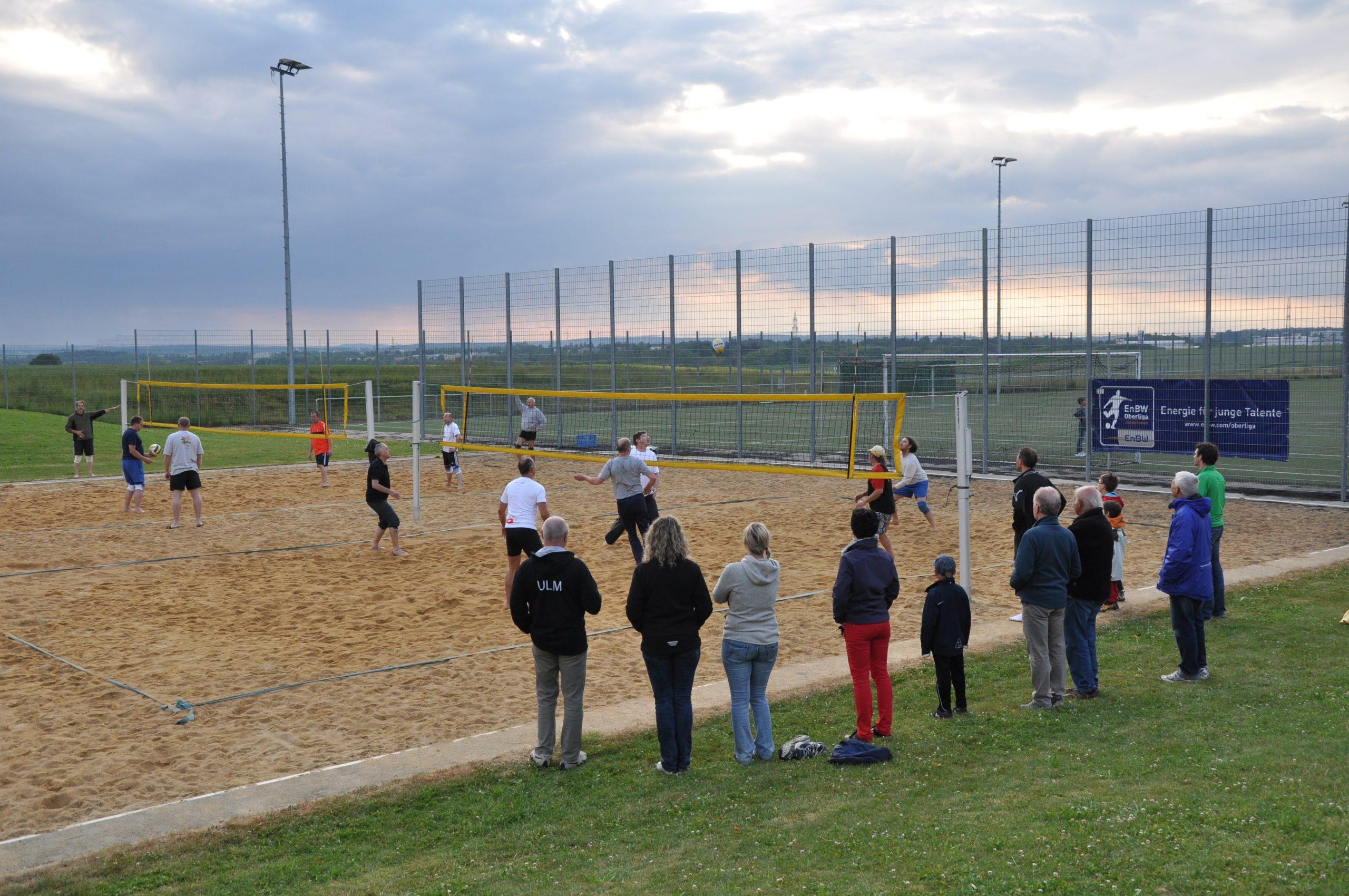 Freizeitsport-Maenner-Volleyball-Zuschauer
