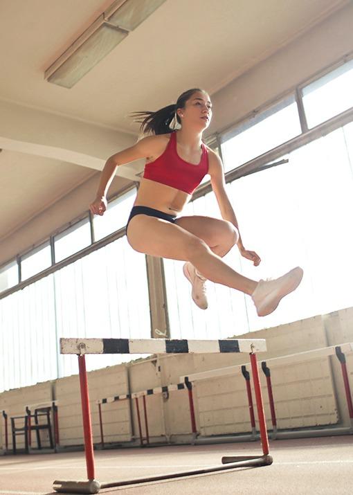Frau-springt-ueber-Huerde