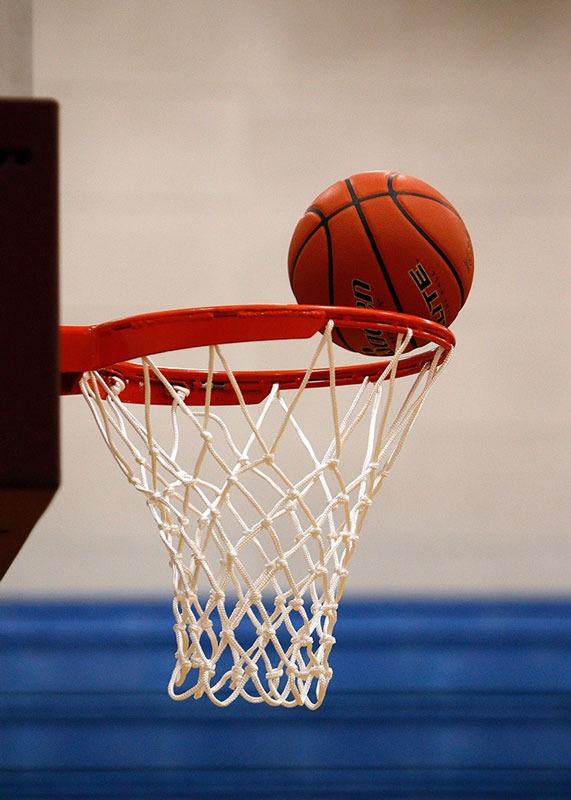 Basketball-faellt-in-Korb